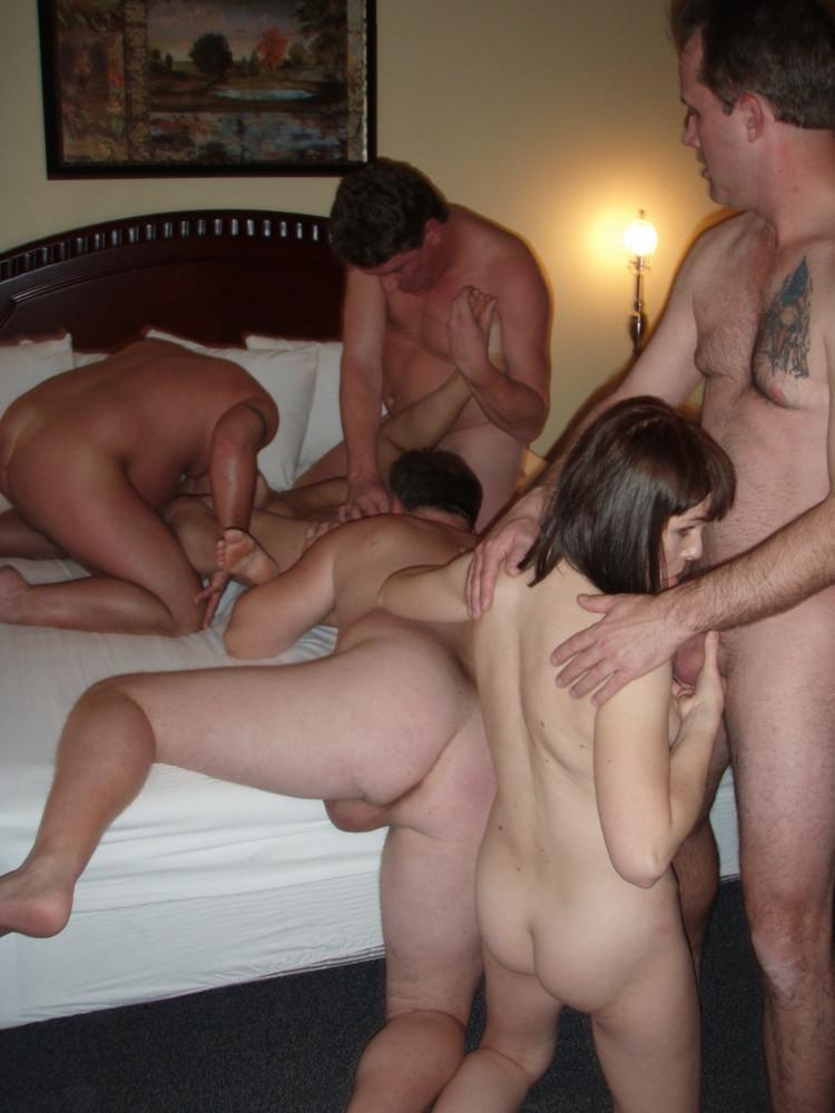 Две пары практикуют групповой свинг в номере отеля
