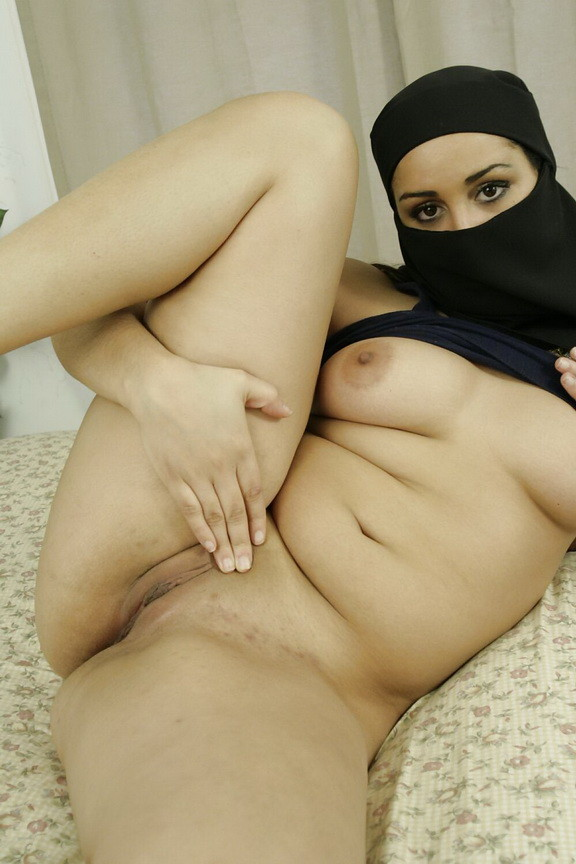 Arab Girl Bowen In Of Cam And Wadrobe Falls On Her - Free Po