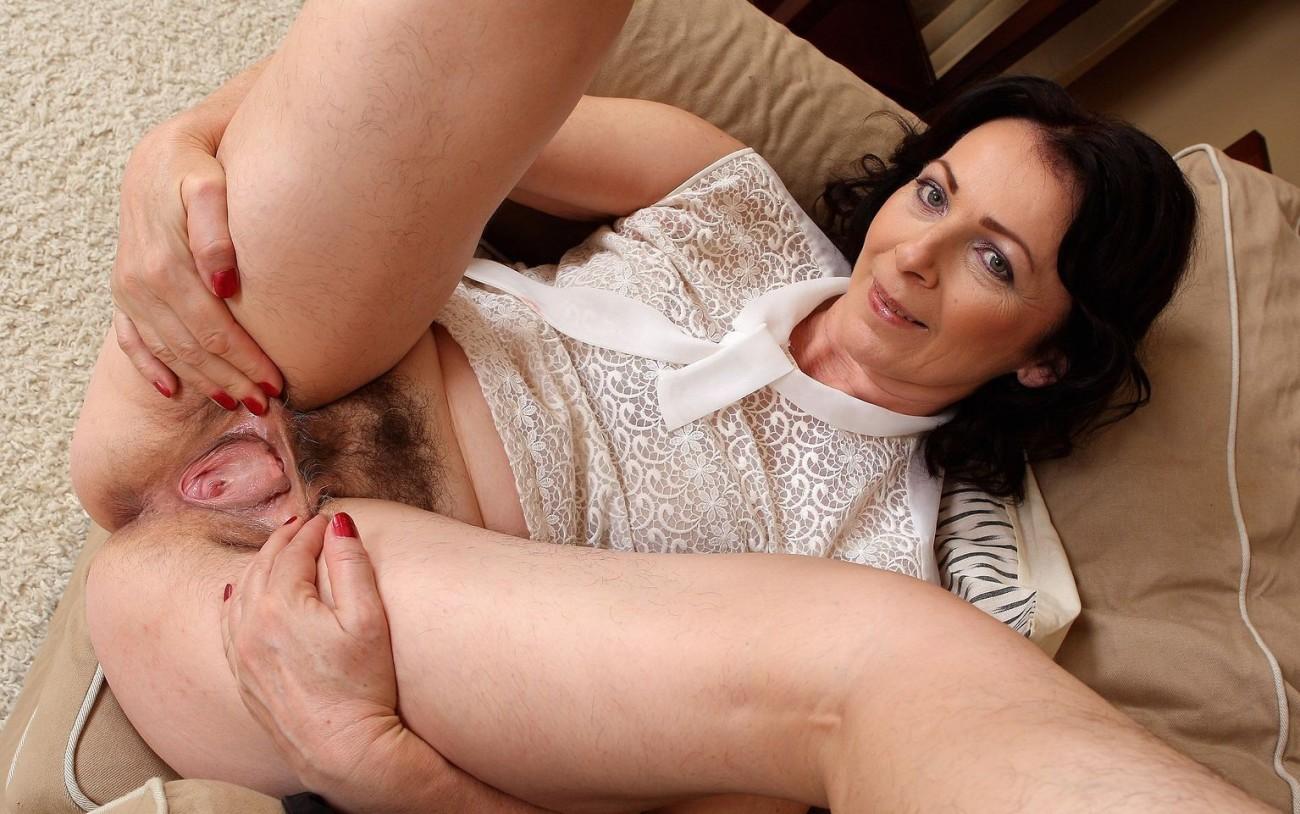 Зрелая латвийка Анна с волосатой пиздой и подмышками