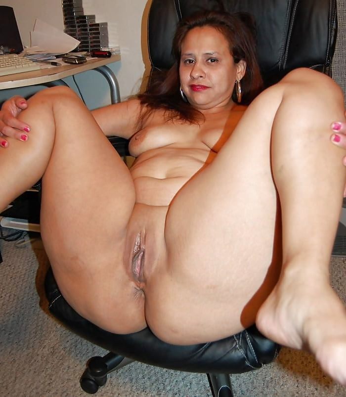 Big breasted sexy thick curvy mommy shows off