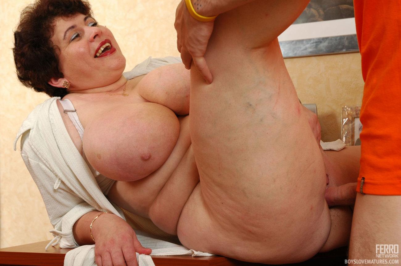 Fat mature man measuring belly banque d'image et photos