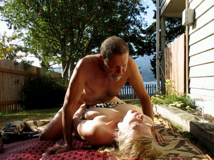 Mature couple wild fucks right in the center of the yard