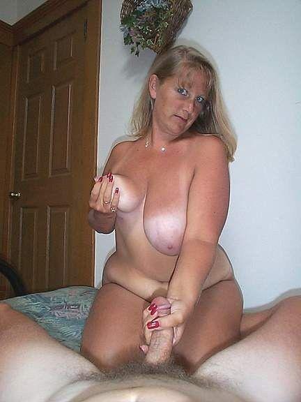 No more secrets! Naked moms does blowjob