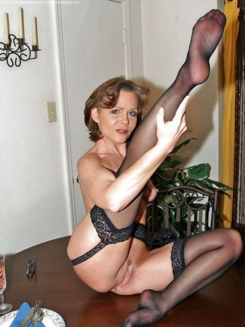Exclusive porn pics of amateur mature woman with smooth pussy