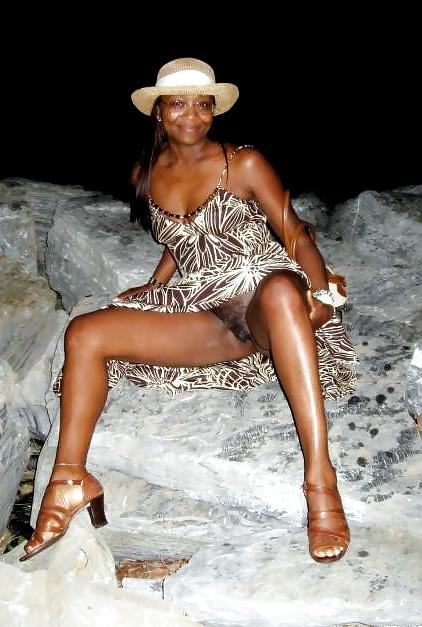 Lonely ebony MILF opens wide her black pussy