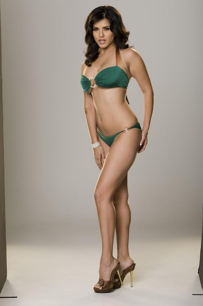 Indian bombshell hottie shows her tight body in sexy bikini